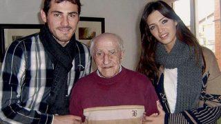 Iker Casillas con su abuelo en 2010 (EFE)