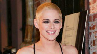 La actriz apareció con el pelo más corto de lo habitual en la premier de 'Personal Shopper' en Los Ángeles. / Gtres