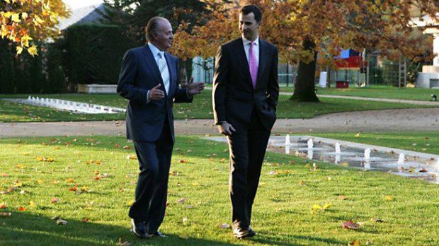 El Rey Felipe y Don Juan Carlos paseando en los jardines del Palacio de la Zarzuela en 2005 (Gtres)