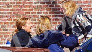 Ana Mato sentada en un banco de la calle (Look)