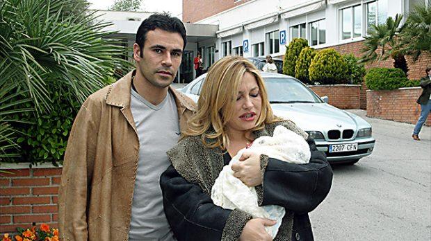 La presentadora y su marido en la salida de la clínica tras dar a luz a su hijo (Gtres)