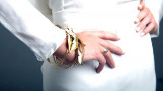 Brazalete de oro de inspiración años 40 de Lia Terni