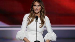 Melania Trump con un vestido de novia en un mitin durante la campaña republicana / Gtres