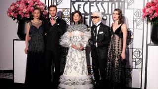La famila y Karl Lagerfeld en su llegada al Baile de la Rosa /Gtres