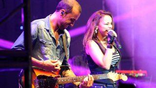 Chenoa y Javier Arpa, durante un concierto en Marbella. / GTRES