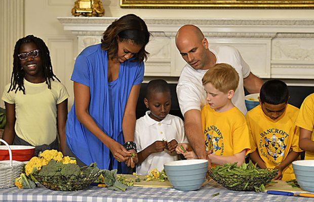 Michelle Obama y Sam cocinando con alimentos del huerto ecológico de la Casa Blanca / Gtres