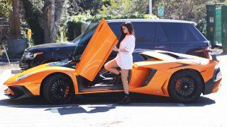 Kylie Jenner se monta en su Lamborghini / Gtres
