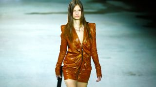 Modelo desfilando para Yves Saint Laaurent en la Semana de la Moda de París 2017 / Gtres