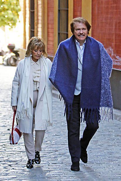 Bigote y María Teresa Campos por las calles de Sevilla /Gtres