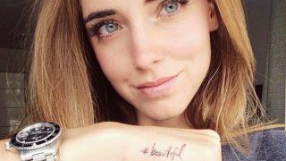 La influencer apuesta por la tendencia tiny tattoo con un hashtag en la mano. / Instagram: @chiaraferragni