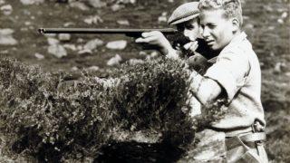 El entonces príncipe Juan Carlos cazando en los años 40 / Gtres