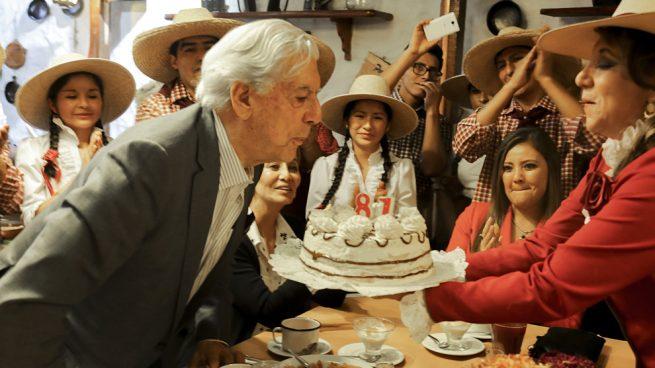 Vargas Llosa repite su ritual de cumpleaños: mismo restaurante, pero distinta mujer