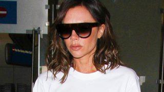 Victoria Beckham aterriza con actitud seria en el aeropuerto de Los Ángeles / Gtres