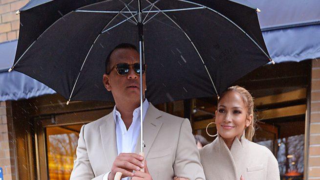 Jennifer López y Álex Rodríguez saliendo de un restaurante de Nueva York / Gtres