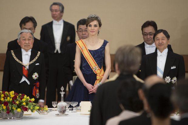 La reina triunfa de Felipe Varela en la cena de gala durante su viaje a Japón.