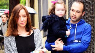 Andrés Iniesta y Anna Ortíz con su hija Valeria en imagen de archivo / Gtres