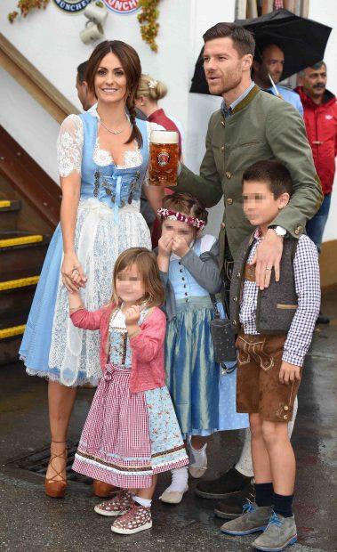 La pareja posa con sus hijos en una fiesta de Munich /Gtres