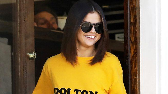 Selena Gomez arrasa con el amarillo y luce nuevo tatuaje