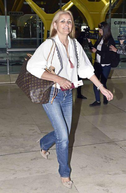 Lucía Pariente, madre de Alba Carrillo, en el aeropuerto de Madrid /Gtres