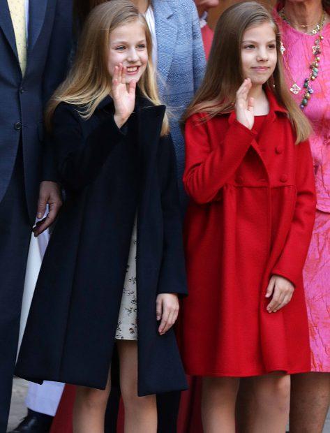 La princesa de Asturias y su hermana Sofía saludan al público situado frente a la Catedral /Gtres