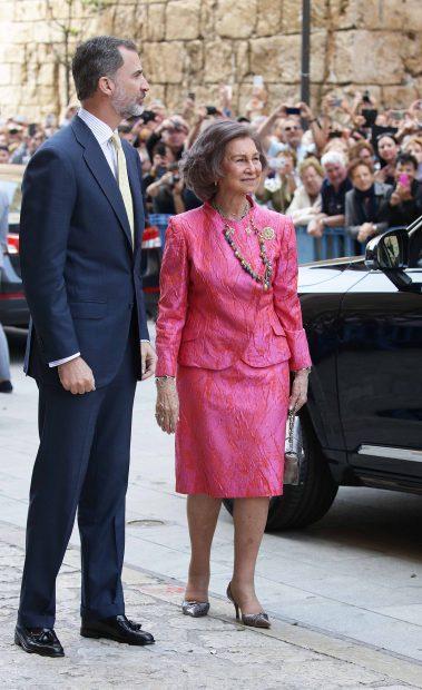 El Rey Felipe VI y su madre, la Reina Sofía, saludan al público asistente /Gtres