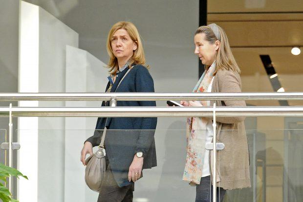 La infanta Cristina y Cristina de Borbón Dos Sicilias en una jornada de compras en 2015 (Gtres)