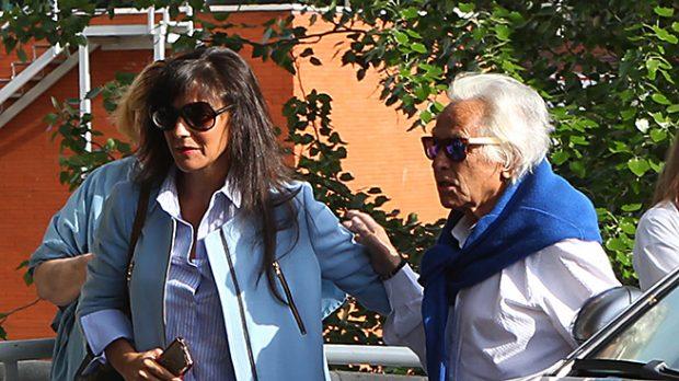 Palomo Linares y su pareja, Concha Azuara, en las afueras del hospital /Gtres