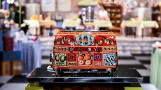 Los diseñadores de moda vuelven a apostar por el diseño de electrodomésticos junto a la empresa italiana Smeg. / Dolce & Gabbana
