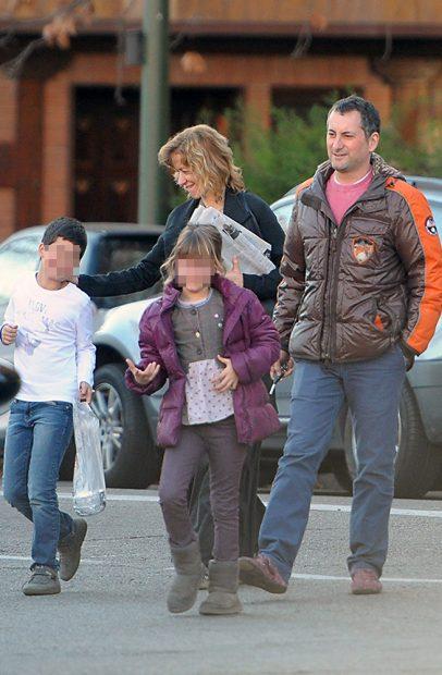 La periodista Susanna Griso con su marido, Carles Torras y sus dos hijos /Gtres