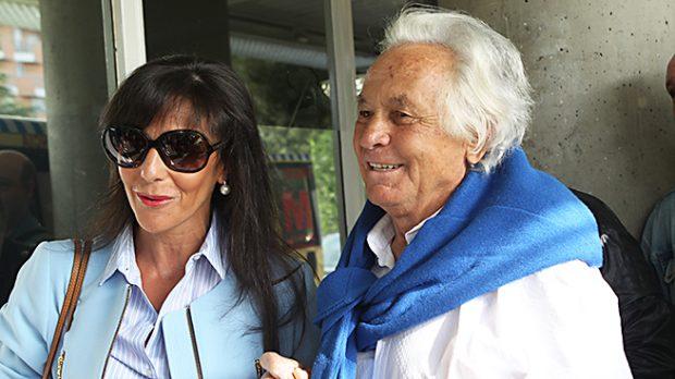 El torero Sebastián Palomo Linares y Concha Azuara a su llegada al hospital el día de su ingreso /Gtres
