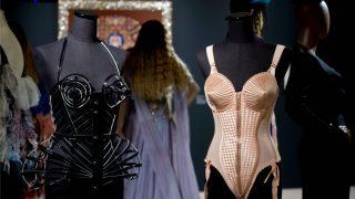 El famoso bra rosa en forma de cono de Jean Paul Gaultier que usó Madonan en el tour Blond Ambitious. / Gtres