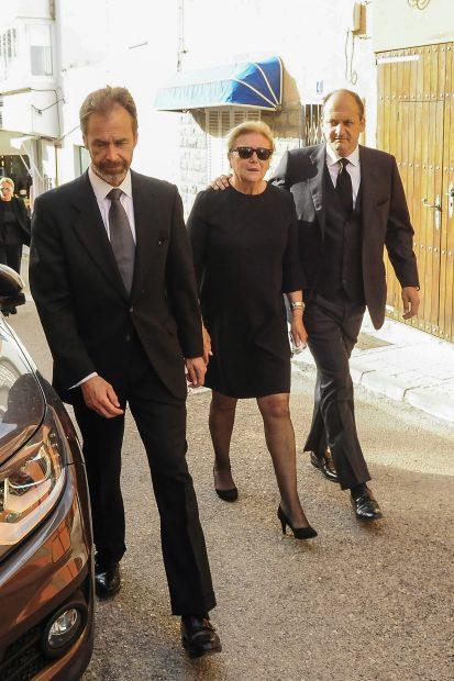 Syliane Stella Vilallonga con su hijo Fabrizio Pastor durante el funeral de Jorge Bascones / Gtres