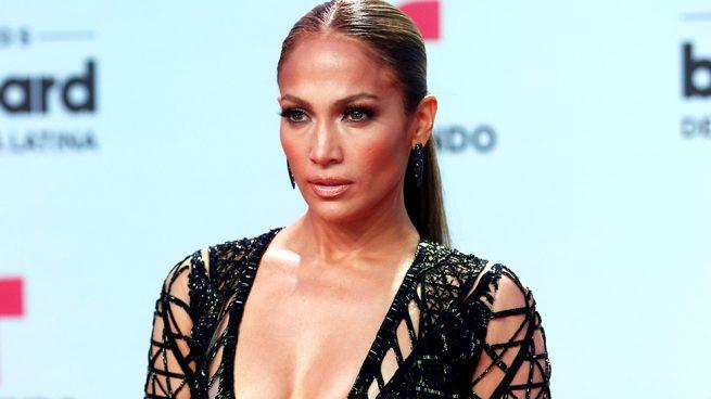 Jennifer Lopez incendia los premios Billboard Latino con sus looks