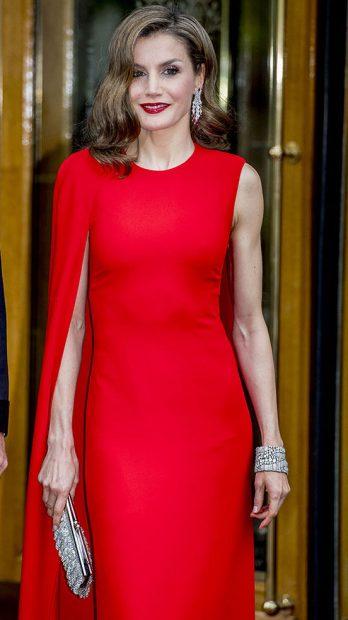 La reina Letizia posa para la prensa antes de cuidar a la cena de gala /Gtres