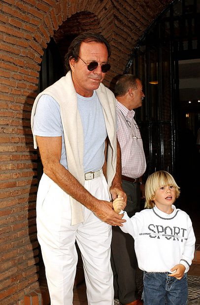 El cantante Julio Iglesias y su hijo en Marbella / Gtres