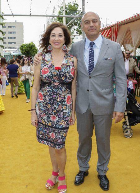 La presentadora Ana Rosa Quintana y Juan Muñoz en la feria de abril /Gtres