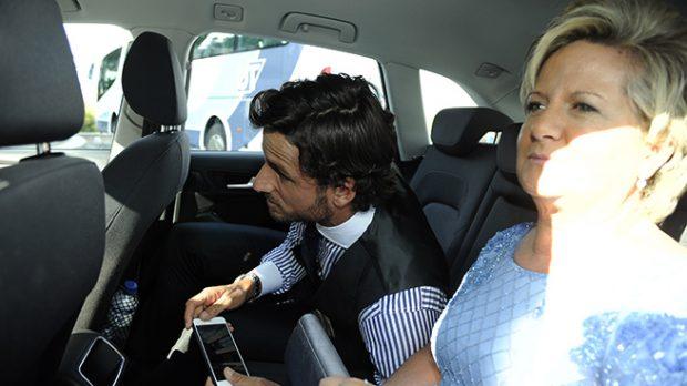 Feliciano y su madre, Belén Díaz Guerra en el interior de un coche /Gtres