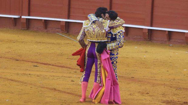 Los toreros Francisco y Cayetano Rivera Ordóñez se funden en un abrazo /Gtres