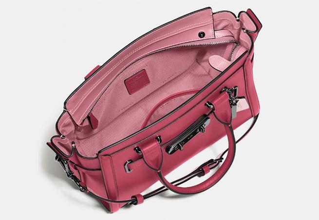 Selena Gomez bolso rosa