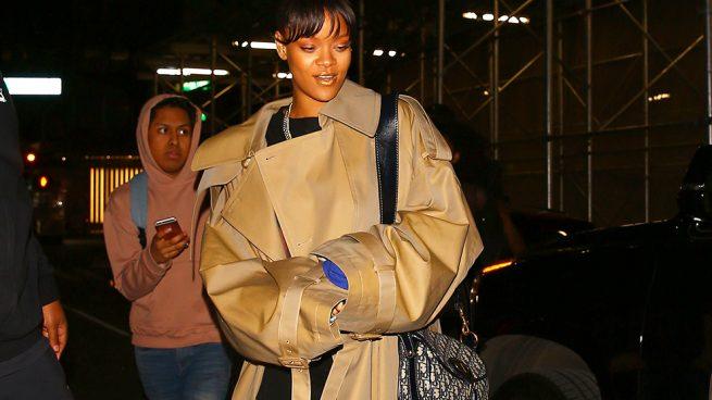 Así reinventa Rihanna la gabardina