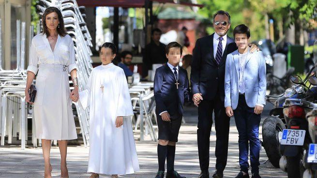 La modelo Nieves Alvarez y el fotógrafo Marco Severini durante la comunión de sus hijos Bianca y Brando en Madrid. /Gtres