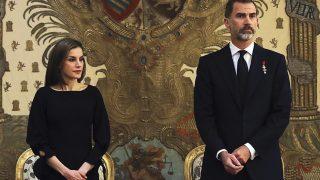 Los reyes de España durante el funeral de Alicia de Borbon Parma / Gtres