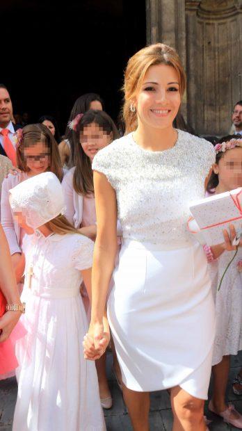 Virginia Troconis y su hija Triana Díaz a la salida de la iglesia en Sevilla. /Gtres