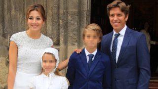 Manuel Diaz, Virginia Troconis y sus hijos Manuel y Triana a la salida de la iglesia en Sevilla/ Gtres