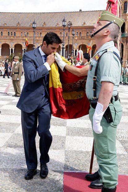 Francisco Rivera besa la bandera /Gtres