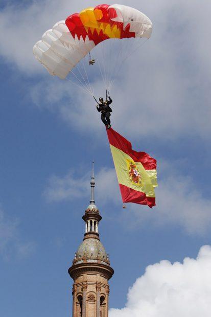 El paracaidista alza la bandera de España /Gtres
