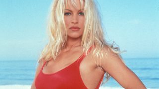 Pamela Anderson con su famoso bañador rojo / Gtres