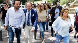 Rocío Carrasco y Fidel Albiac, junto a Terelu Campos a su llegada a la Fundación Jiménez Díaz / Gtres