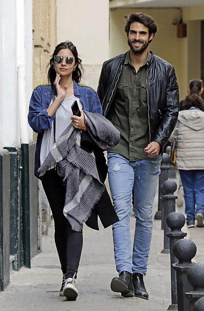 Juan Betancourt y Rocío Crusset por las calles de Sevilla /Gtres