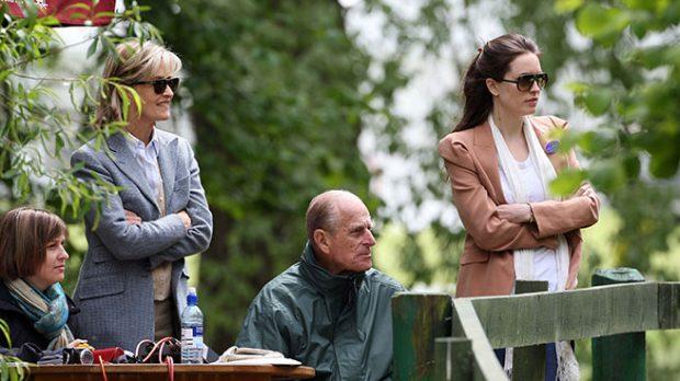 El Duque de Edimburgo con Lady Penny y su hija en un torneo hípico